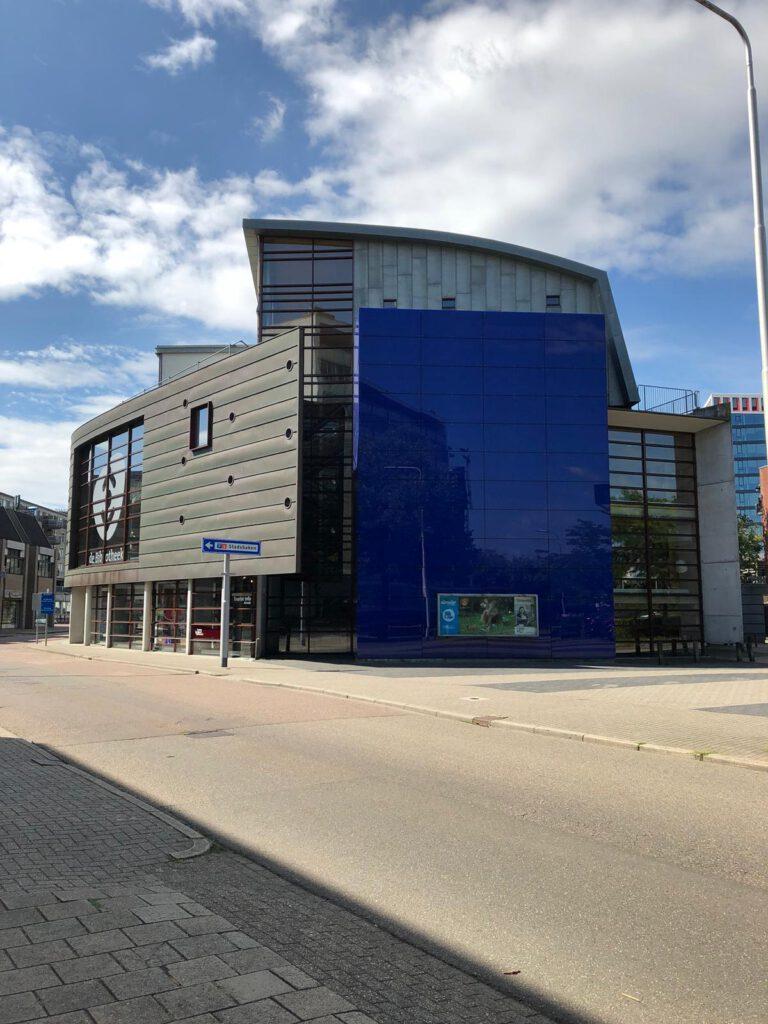 """Nieuwe Bezuinigingen Bibliotheek Almelo leiden mogelijk tot sluiting: """"Op een gegeven moment zakken we echt een keer door het ijs"""""""