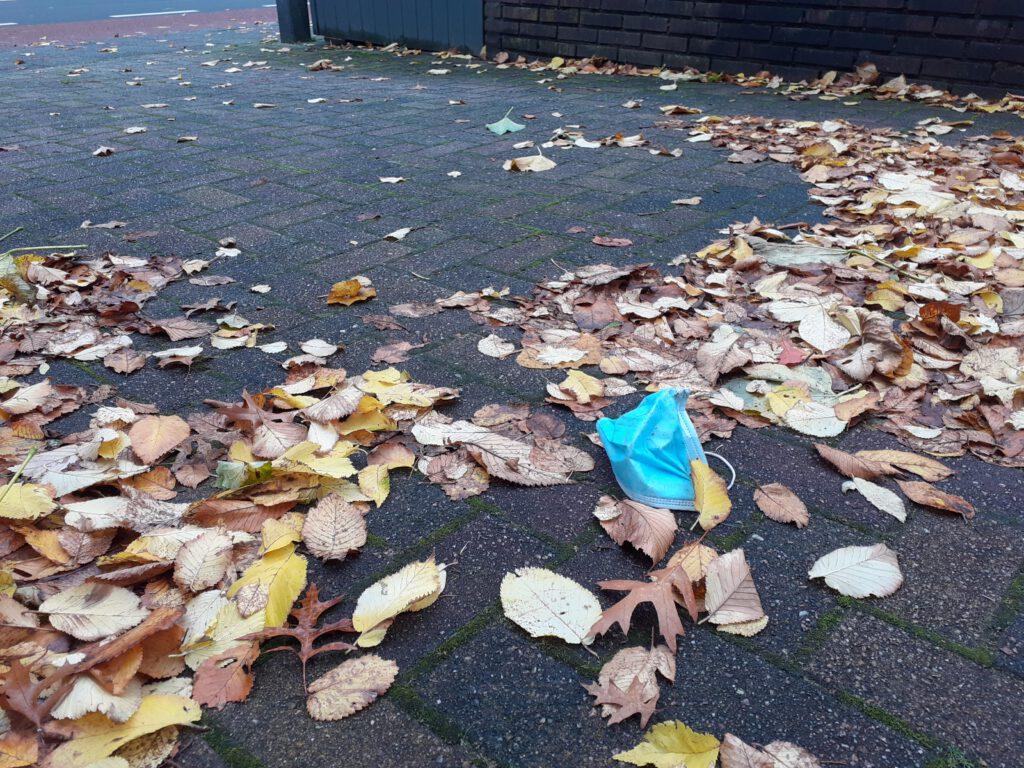 """Campagne tegen zwerfkapjes: """"Als je een wegwerpmasker gebruikt, gooi het bij het restafval."""""""